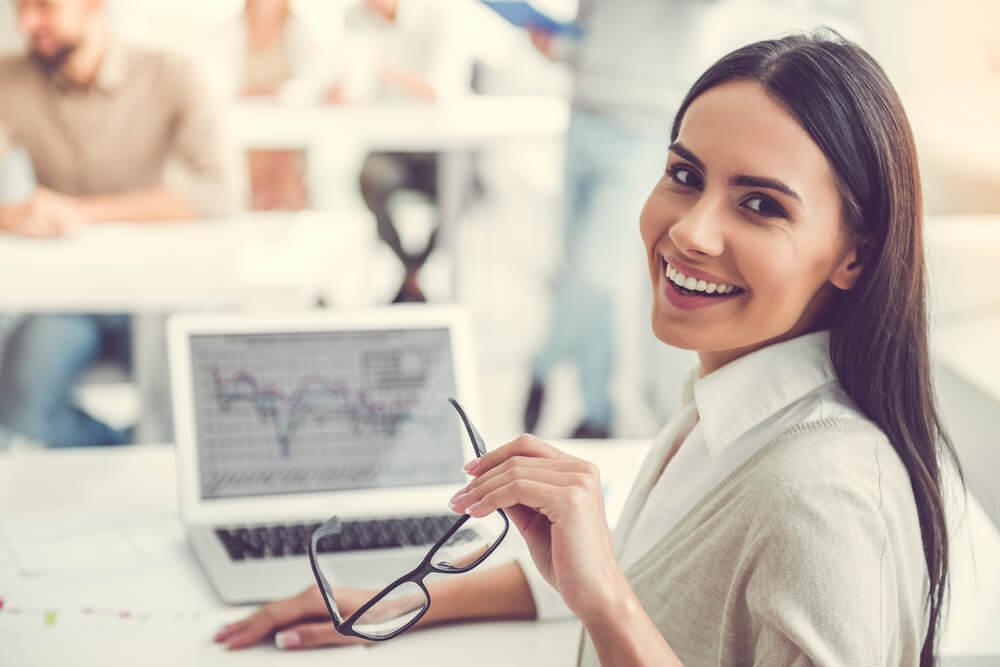 Mujer trabajadora sonriendo