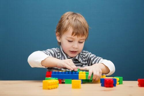 Niño jugando con piezas de construcción