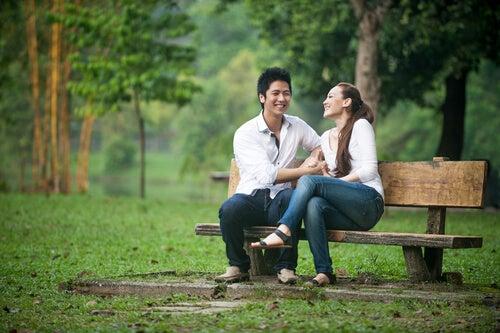 Ex-pareja hablando sentados en el parque