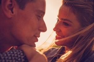 Expareja mirándose porque aún quedan cenizas de su relación