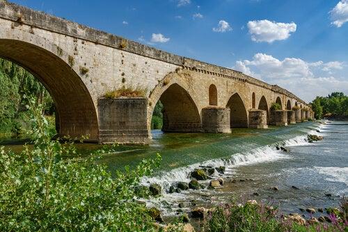 Río atravesando puente
