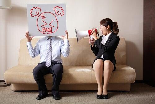 Mujer dando voces a su marido