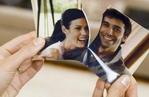 Fotografía de pareja rota representando los ex