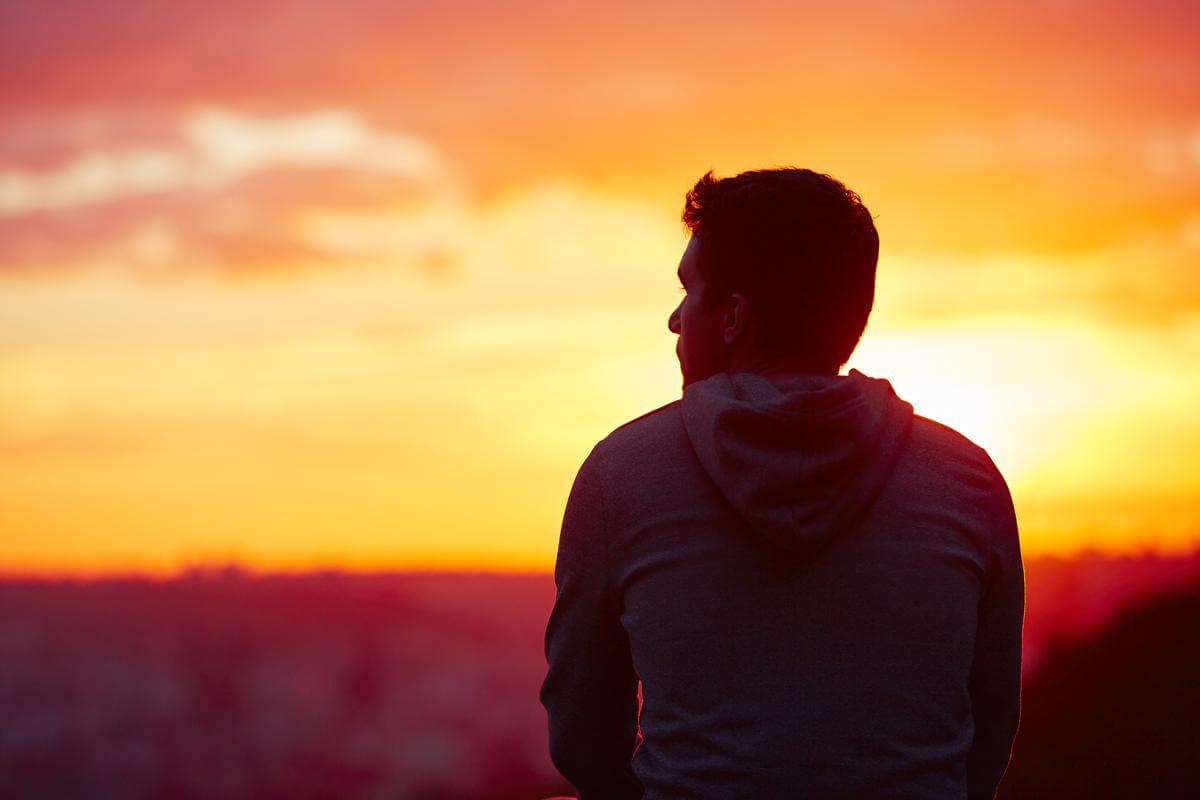 Hombre mira hacia el horizonte distraído