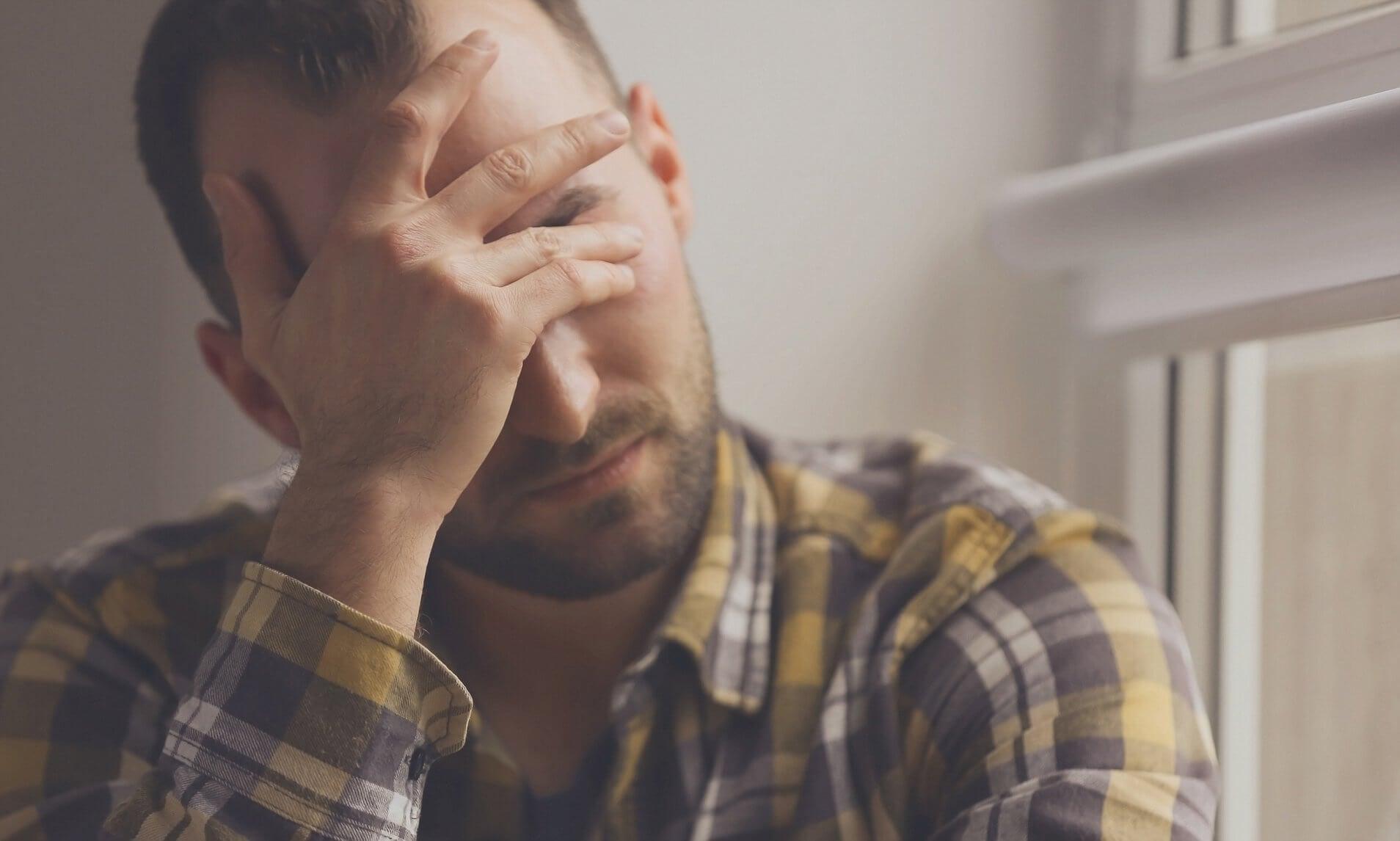 Hombre preocupado por sufrir manchas por estrés