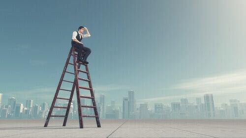 Hombre subido a una escalera