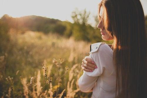 Mujer abrazándose para elevar la autoestima