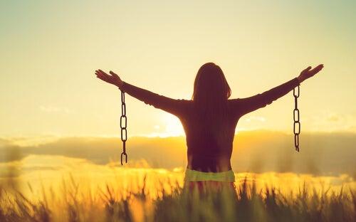 Mujer rompiendo las cadenas del juicio social