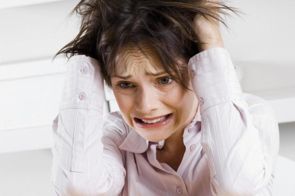 Mujer que no puede calmar la ansiedad