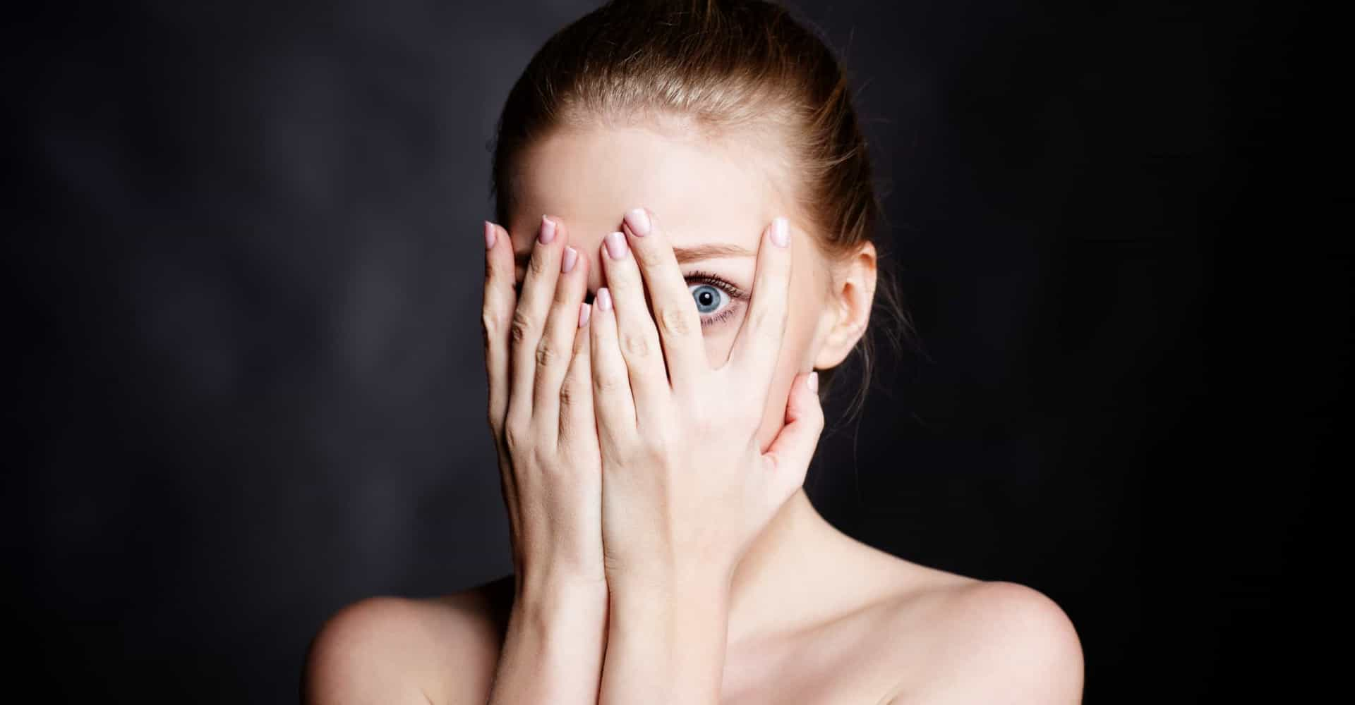 Mujer cubriéndose el rostro