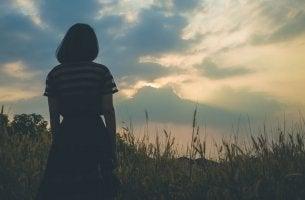 Mujer emocionalmente distante