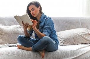 Mujer leyendo los libros de autoayuda