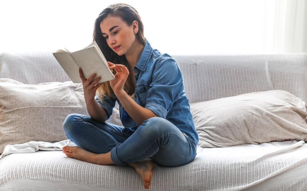 Mujer leyendo libros para vencer la ansiedad