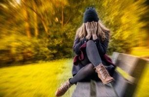 Mujer pensando tengo ansiedad