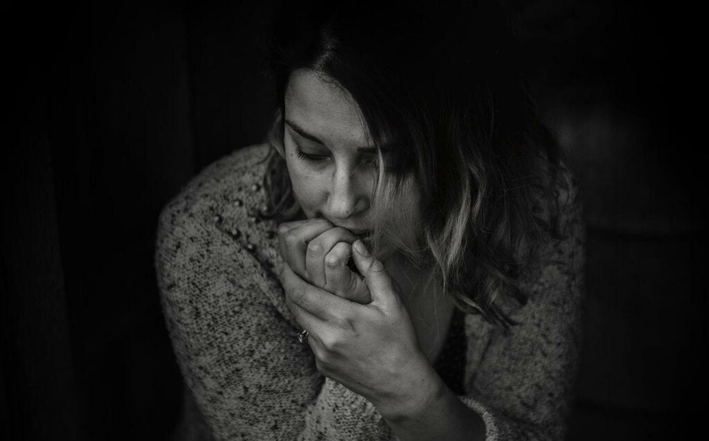 mujer preocupada y deprimida