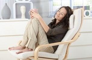 Mujer tratando de relajar la mente