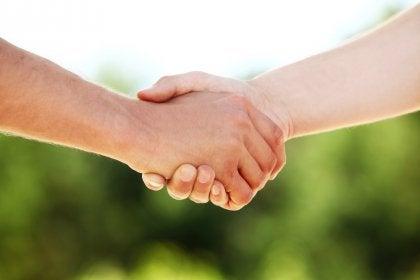 estrechar manos