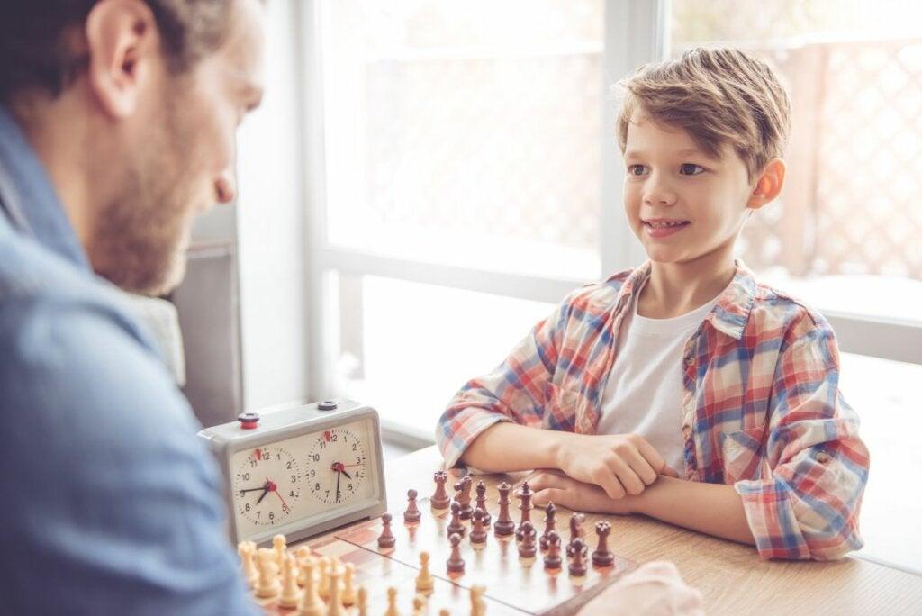 hombre jugando ajedrez con hijo