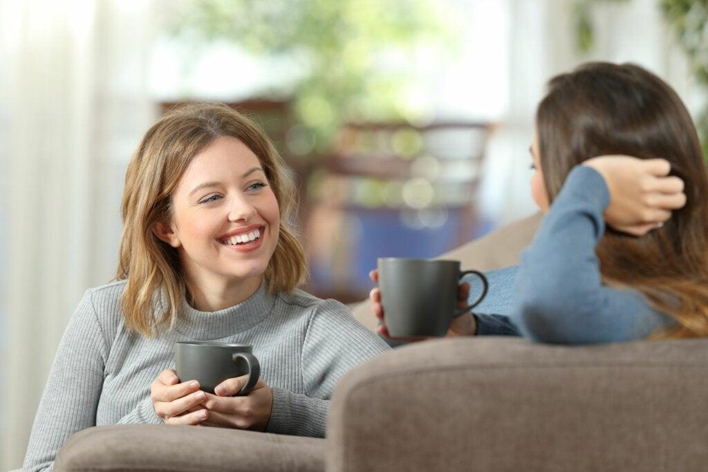 Amigas tomando café hablando