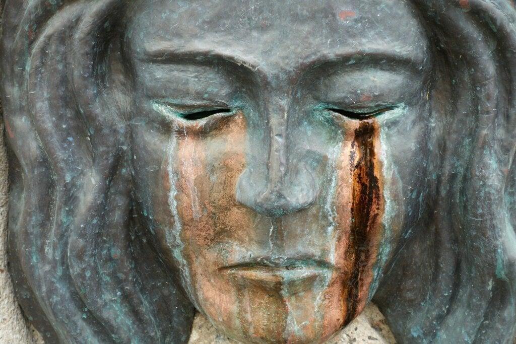 escultura mujer llorando