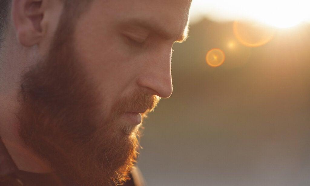 hombre barba mirando hacia abajo