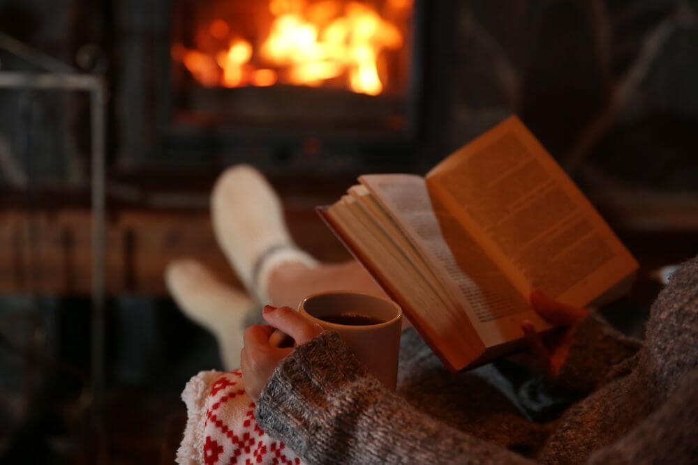 Leer junto a la chimenea