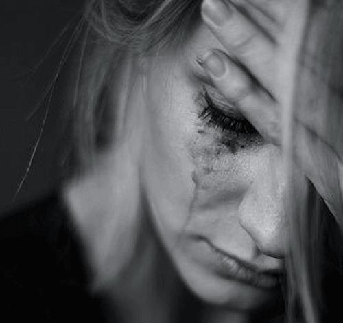 Mujer con sentimientos negativos