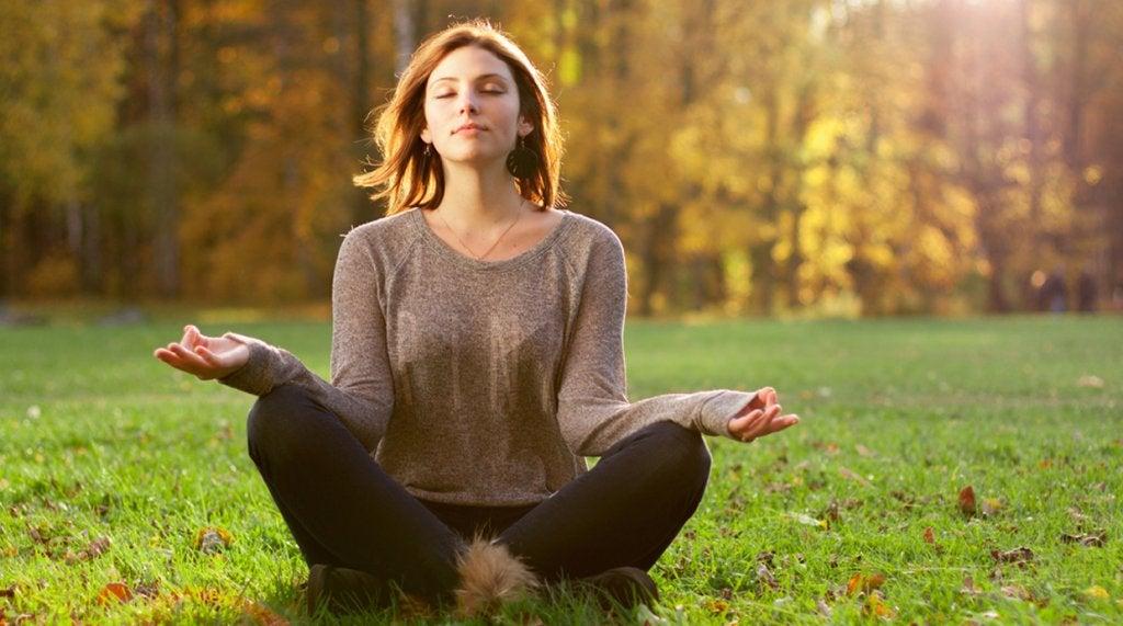 Mujer meditando para relajar la mente