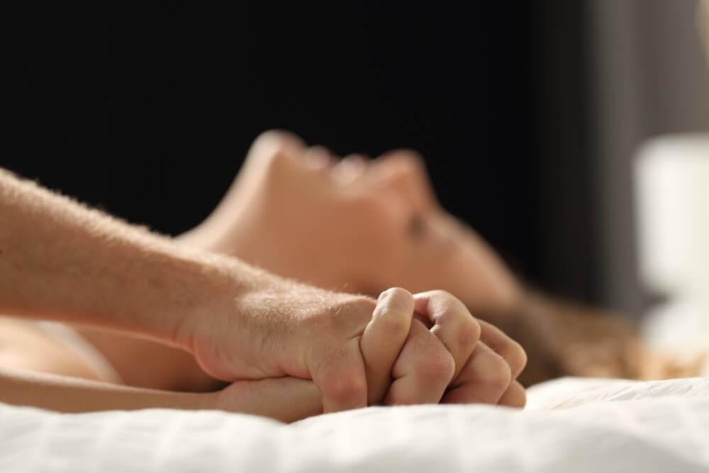 Pareja en la cama sin bloqueos sexuales