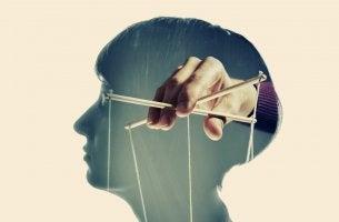 Persona víctima de manipulación emocional