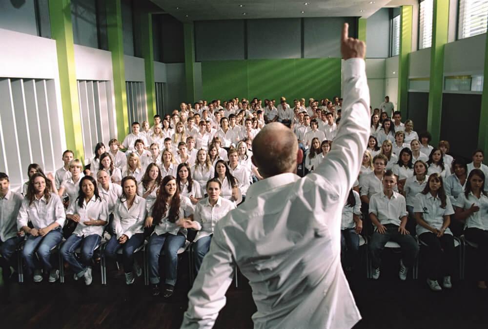 Profesor con la mano levantada