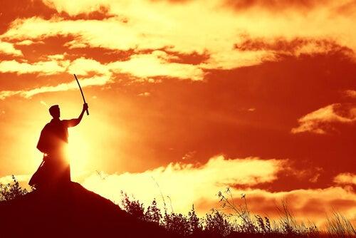 Samurai seguidor del bushido al atardecer
