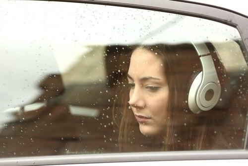 Musica y emociones, chica triste