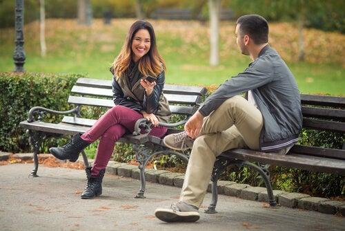 Primera impresión de dos personas en un parque