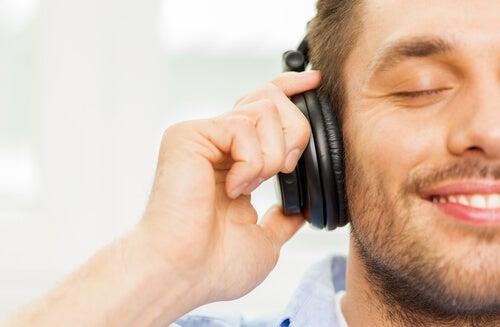 Hombre escuchando música con emoción