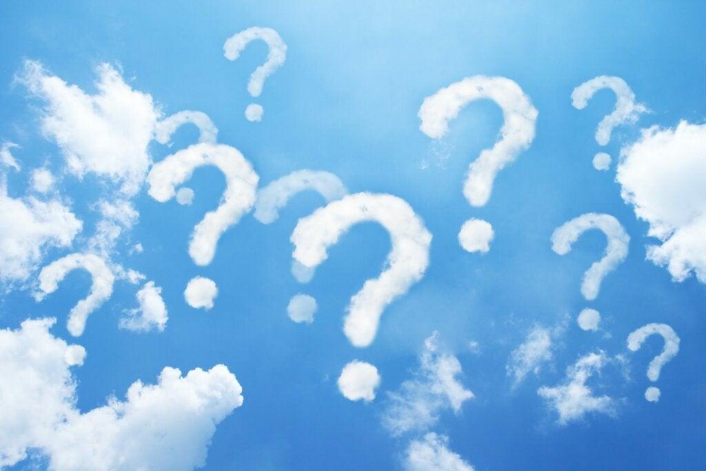 cielo con nubes en forma de interrogaciones representando las preguntas sin respuesta