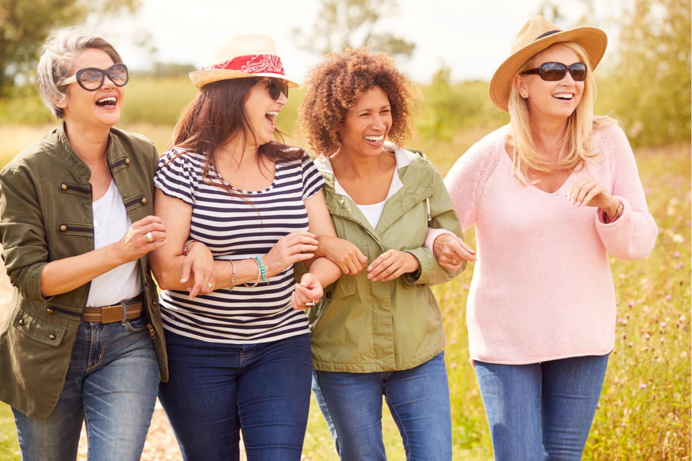 Amigas adultas felices paseo sintiendo lágrimas de alegría