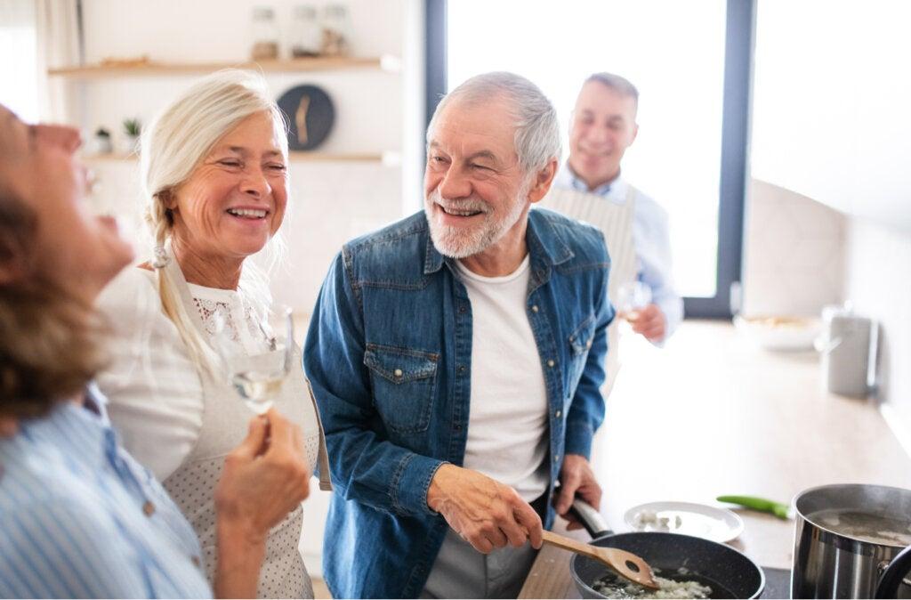 Amigos mayores preparando cena