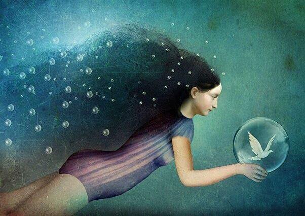 Mujer bajo el agua con una burbuja