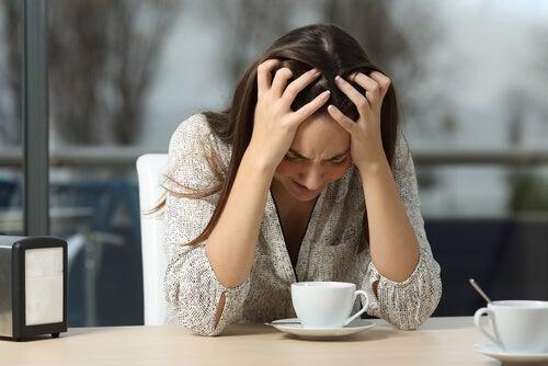 Mujer enfada con una taza de café