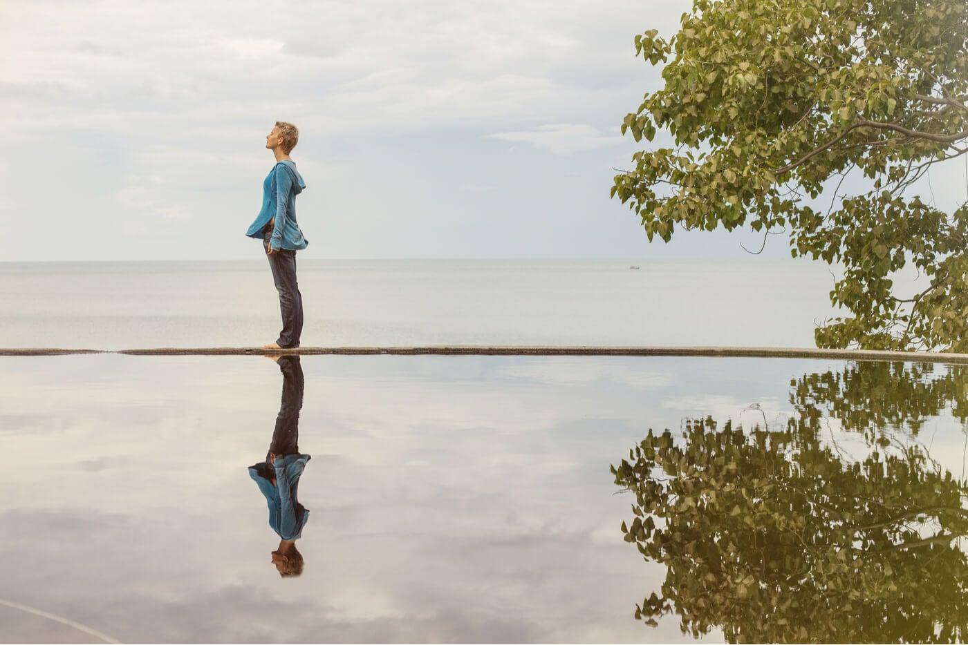 mujer reflejo agua