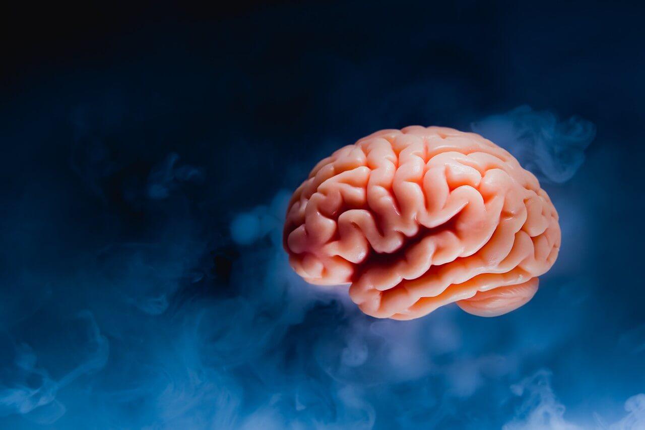 Cerebro fondo azul oscuro representando el preocuparse por estar preocupado