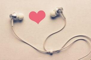 Corazón y auriculares representando la canción más bonita