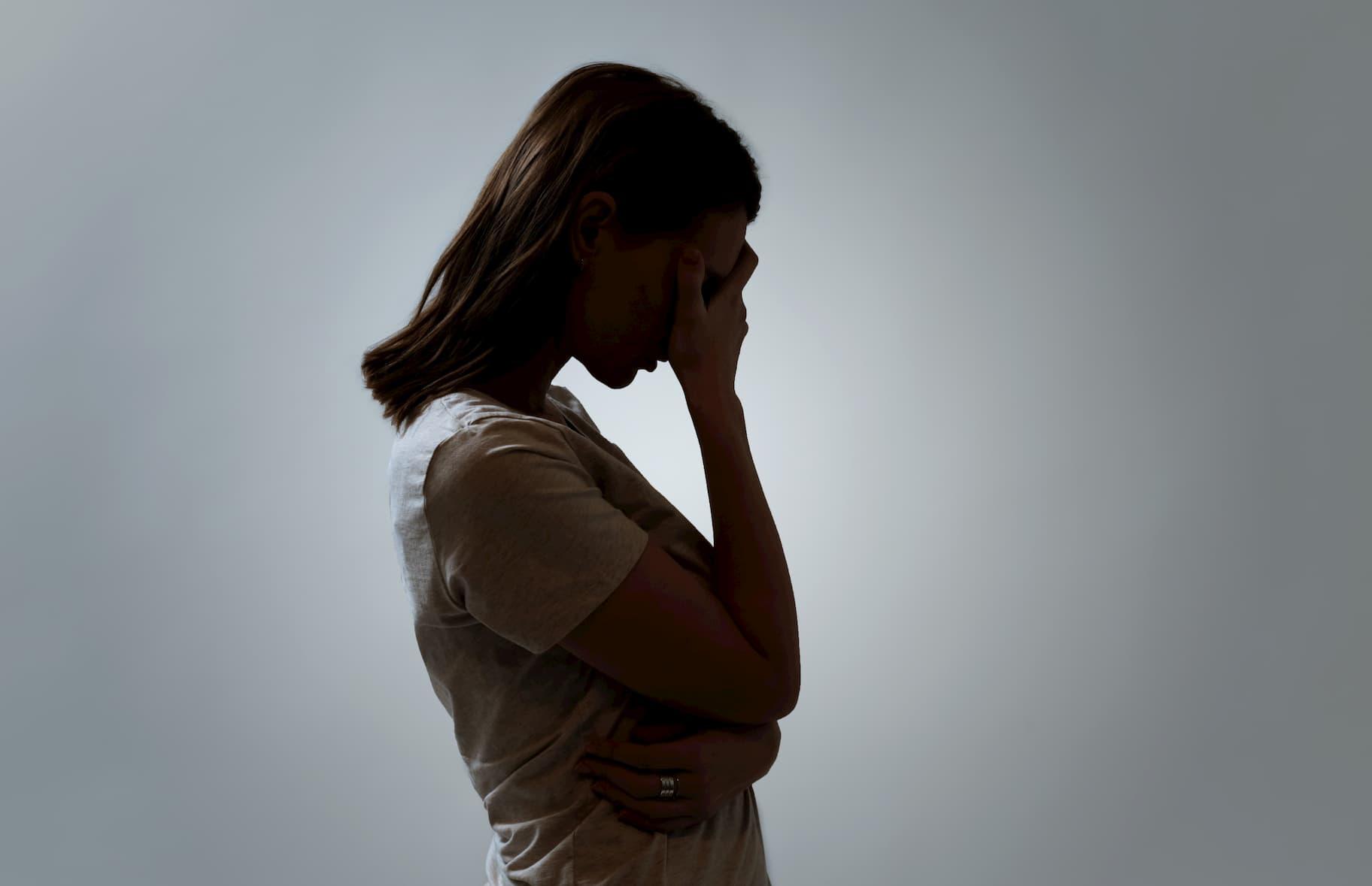 mujer depresión mano cabeza