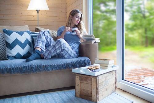 Mujer introvertida tomando café mientras lee