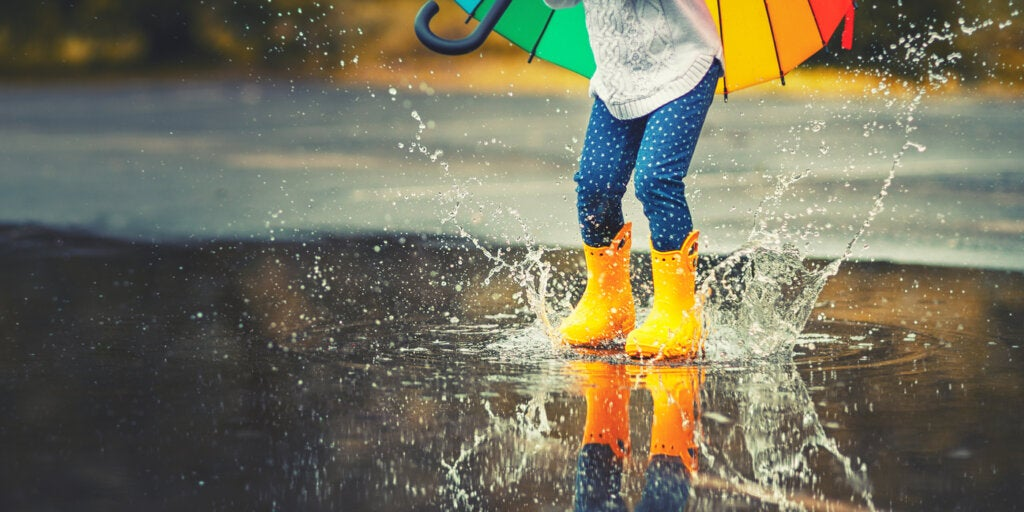 niña botas amarillo agua