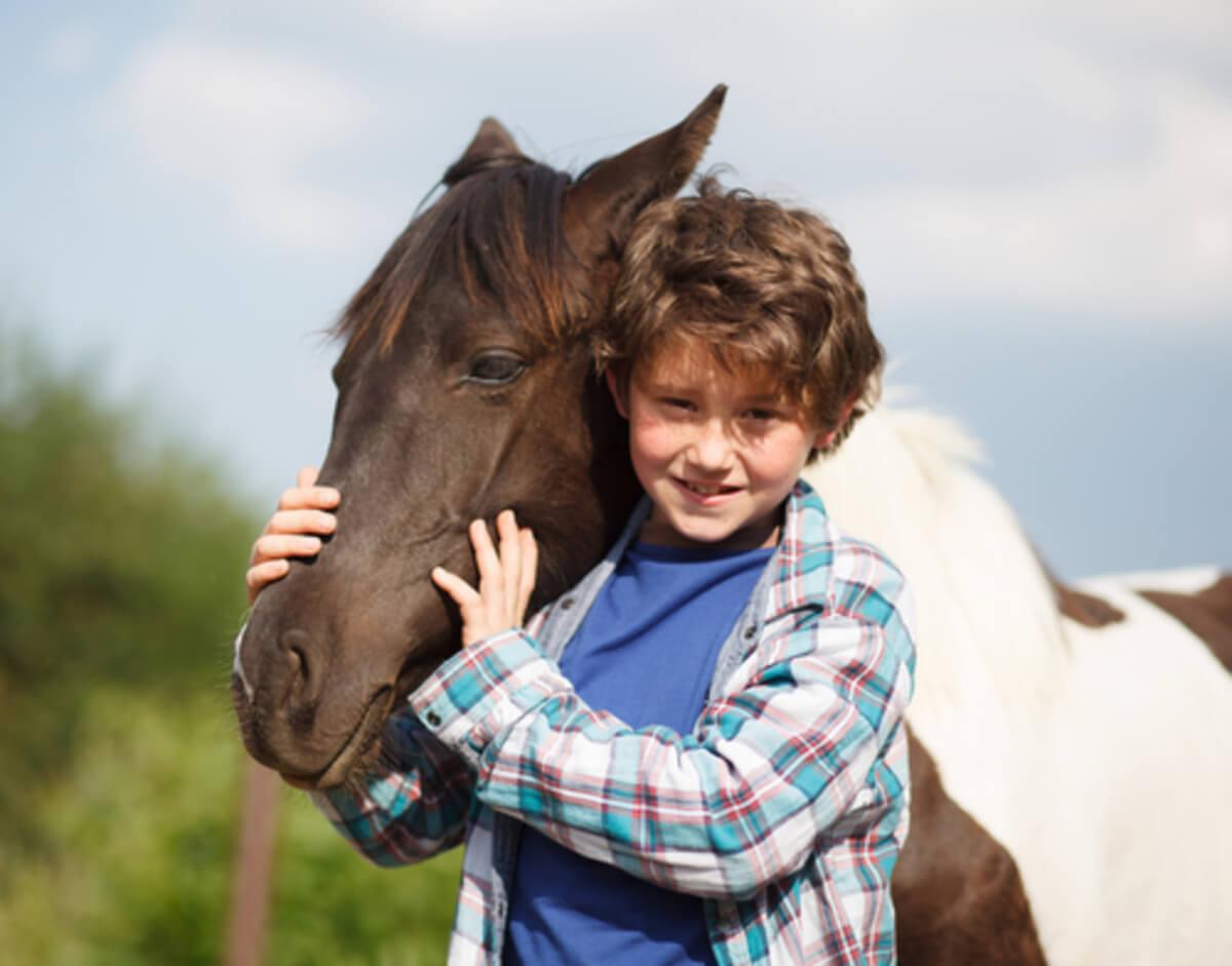 niño caballo
