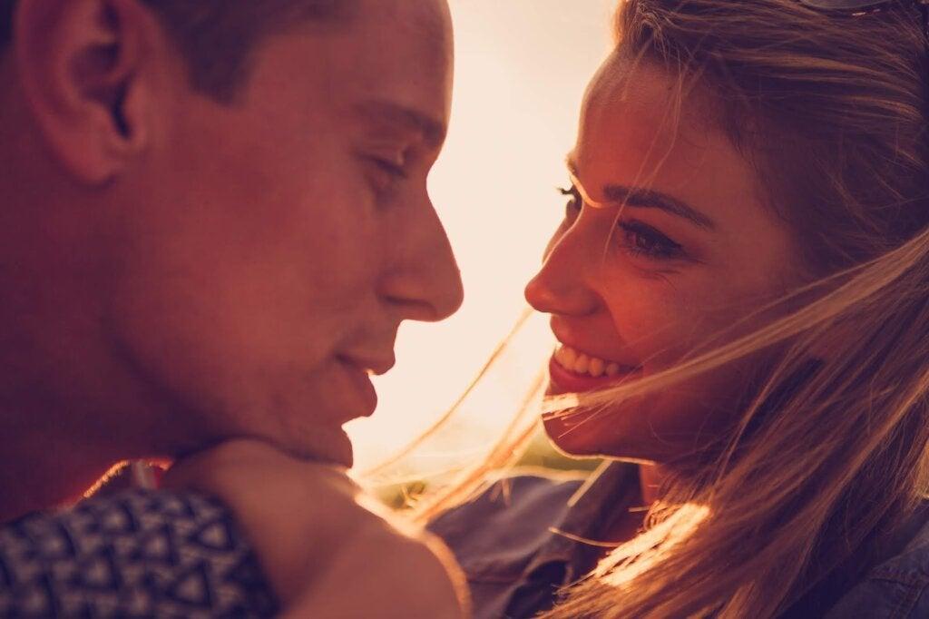 pareja mirandose sonriendo