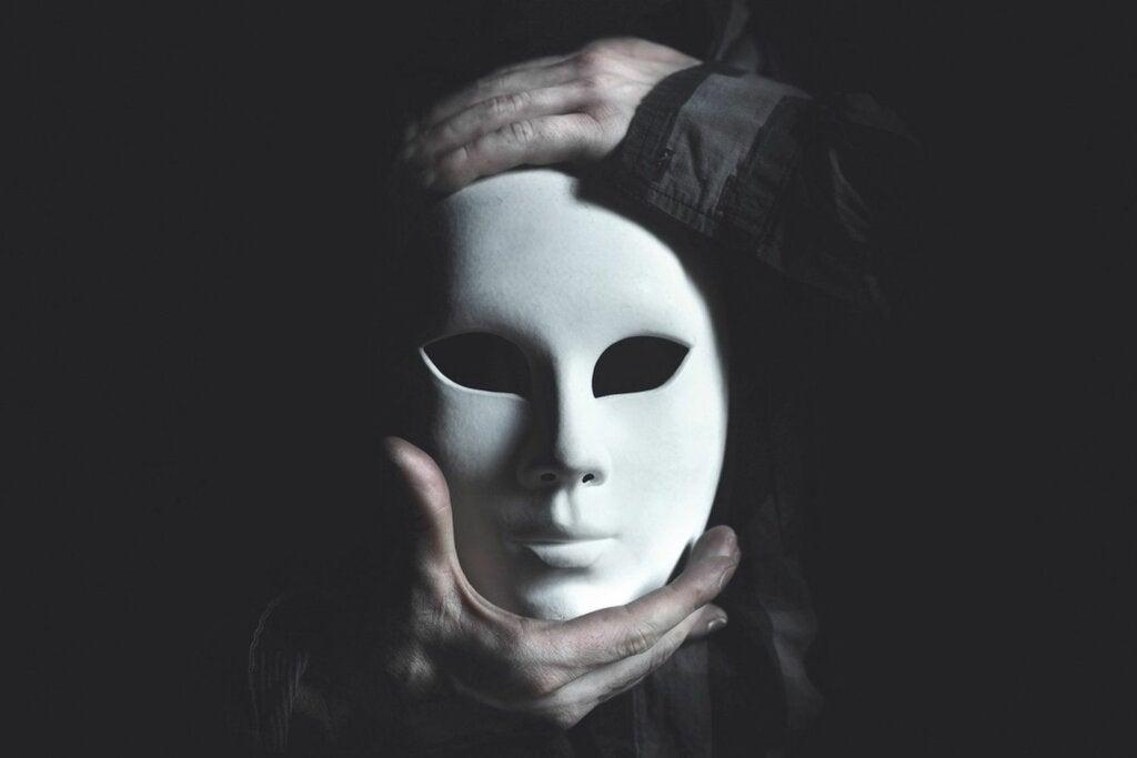persona-sujetando-mascara
