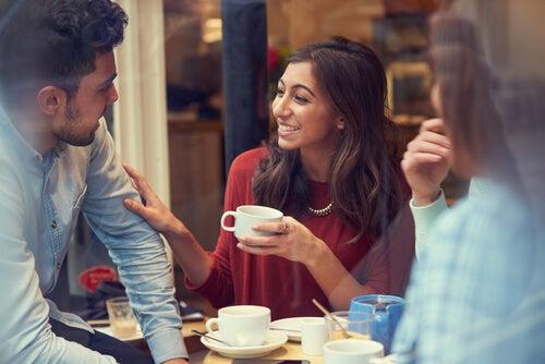 Amigos extrovertidos tomando café